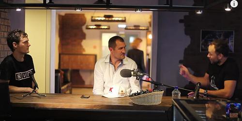 Какой-то парень и Григорий Стангрит берут интервью у Ковалева перед боем с Альваресом