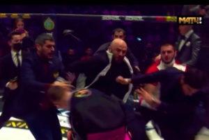 Владимир Минеев и Магомед Исмаилов устроили драку и потасовку на турнире AMC